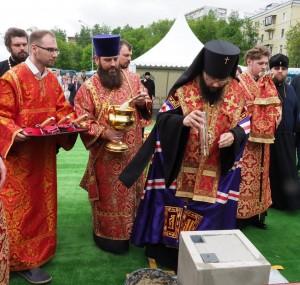 CHin-osvyashheniya-zakladnogo-kamnya-sovershil-upravlyayushhij-Severo-Vostochnym-vikariatstvom-arhiepiskop-Matfej-1024x972